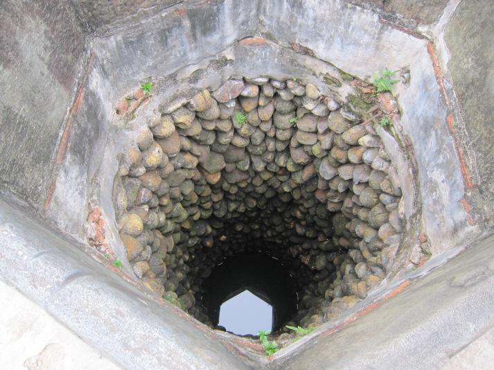 Giếng được kè bởi những hòn đá hình bầu dục